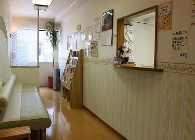 待合室には雑誌や本が豊富にございます。ご利用ください。