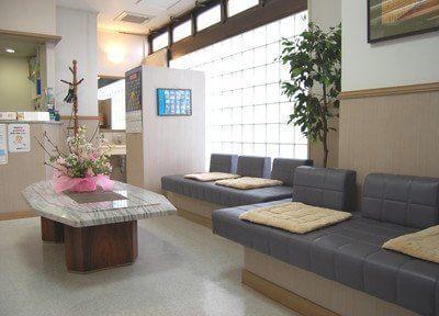 待合室にはリラックスできるソファを設置しています。