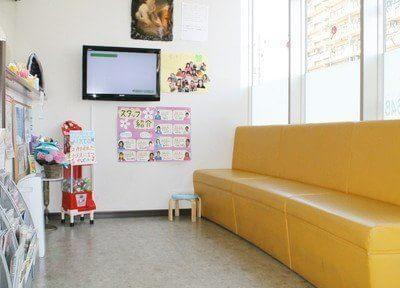 黄色いソファのある待合室で、おくつろぎください。テレビもございます。