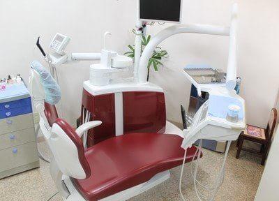 診療チェアは赤色のおしゃれなデザインです。