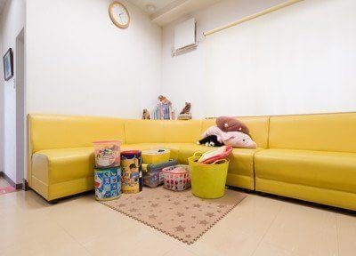待合室とキッズスペースです。お子様連れの親御様も安心してご来院できます。