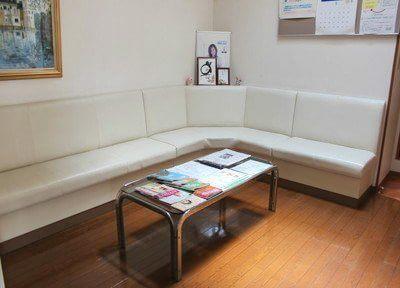 広いソファーでお待ちいただけます。