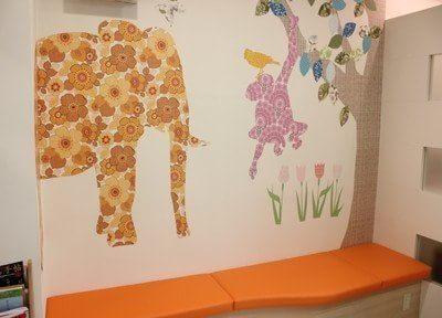 可愛らしい壁紙が特徴の待合室です。