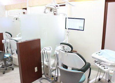 診療室内の各チェアはパーテーションで仕切られています。