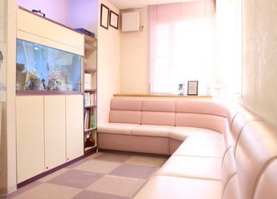 水槽が特徴的な待合室です。治療の前後はこちらでリラックスしてお待ちください。