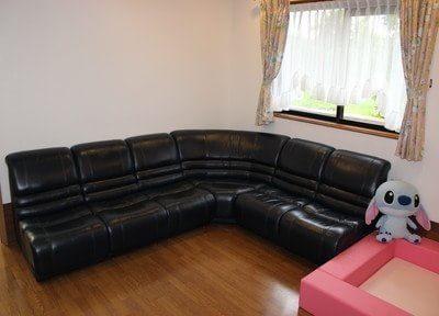 待合室には座り心地の良いソファをご用意しています。