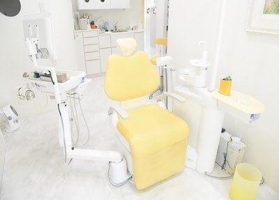 診療室は明るい光が差し込み、リラックスして治療を受けていただけます。