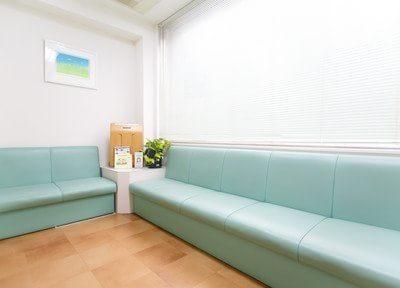 待合室です。大きなソファでおくつろぎください。