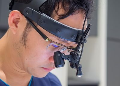 拡大鏡を用いた精度の高い治療