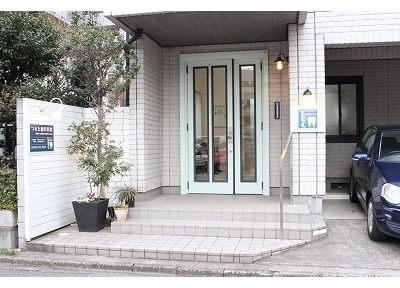 鶴田歯科医院の外観です。川越駅から徒歩5分の場所にあります。