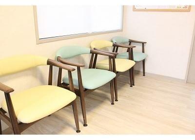 待合室です。一人掛けのチェアでゆっくりとお寛ぎ下さい。