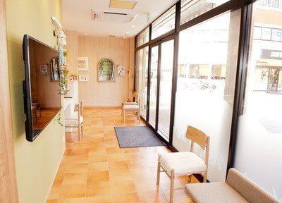 待合スペースは明るく開放感のある空間です。