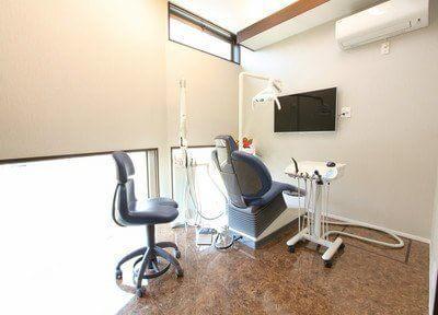 診療室です。モニター画面がありますので、患者様ご自身でお口のチェックをしていただけます。