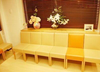 待合室には花を飾り、患者様に癒しを与えます。