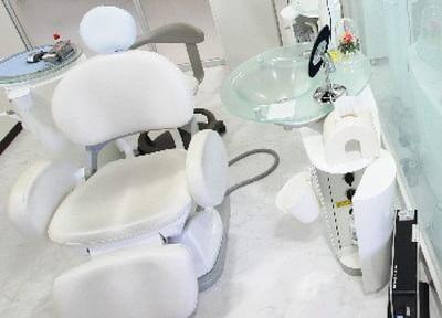 仕切りのある診療室で快適に治療を受けられます。