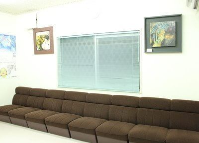 ゆったりとした長いソファーのある待合室です。