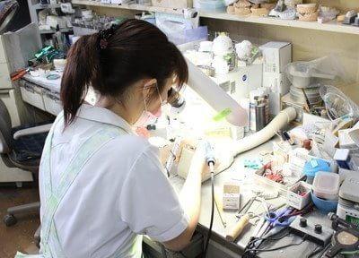 あかま歯科クリニックには技工士が在籍しておりますので入れ歯などの修理なども随時対応致します。