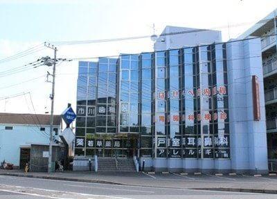 市原歯科医院の外観です。本厚木駅から車で8分のところにございます。