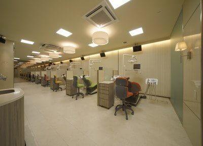こちらの診療室は広々としたスペースが特徴です。その他にも個室制の診療室もございます。