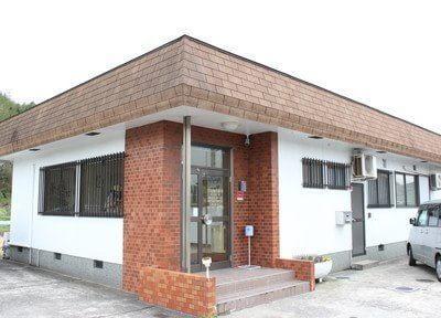 岩田歯科医院の外観です。道場南口駅からバスで4分の場所にあります。
