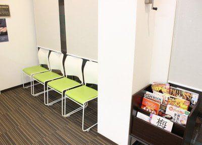 待合室には雑誌などをご用意しています。