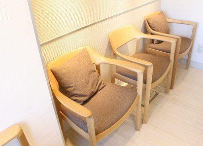 待合スペースです。心地の良いソファで、ごゆっくりおくつろぎください。