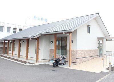 永山歯科の外観です。入り口はバリアフリーの設計になっております。