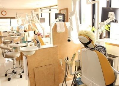 患者様のプライバシーが守られる明るい診療室になっています。