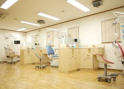 診療室は広くゆったりと.していただけます。天井にはモニターを設置しております。