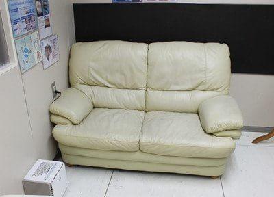 診療前後はこちらのソファでおくつろぎいただけます。