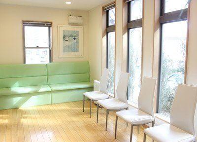 明るい雰囲気の待合室です。
