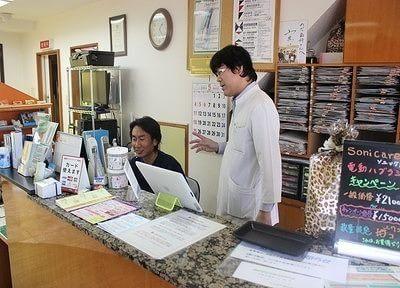 診療チェアのモニターを使い、治療説明を行います。