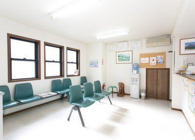 広々とした明るい待合室です。診療前後はおかけになってお待ちください。