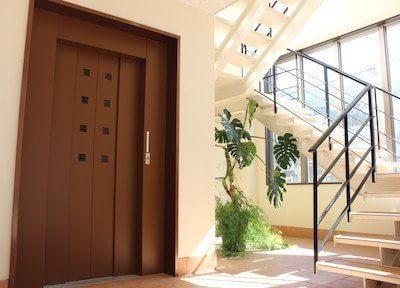 医院玄関です。診療室は2階ですが、エレベーターで上がっていただけます。
