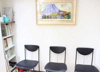 院内には、絵が飾っております。こちらでお待ちください。