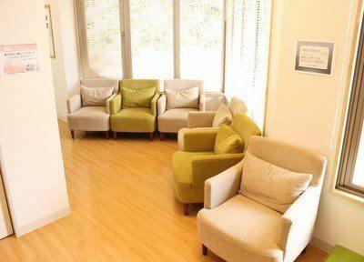 待合室です。一つ一つふかふかのソファですので、リラックスしてお待ちいただけます。
