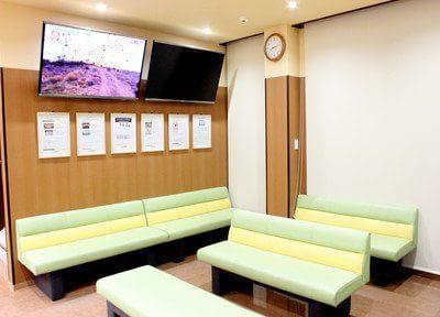 待合スペースです。テレビがありますので、退屈せずにお待ちいただけます。