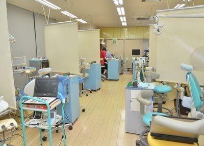 診療室はロールカーテンで仕切られています。