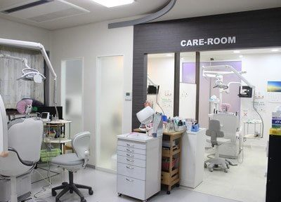 診療室です。白色の清潔感溢れる院内となっております。