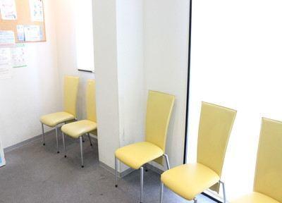 待合室です。カラフルな椅子に座ってお待ちください。