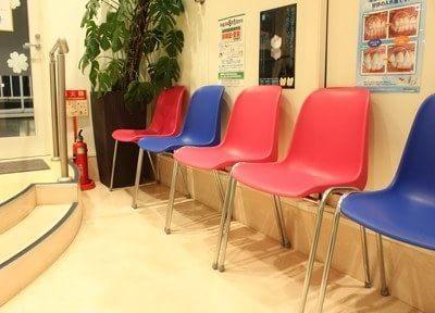 カラフルなイスがある待合室です。こちらでお待ちください。