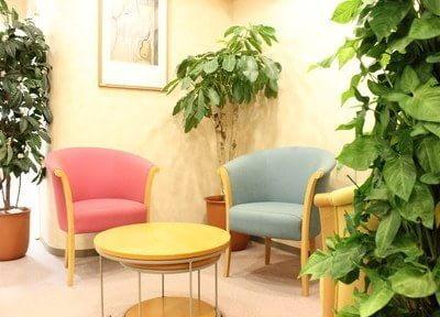 待合室には緑がたくさんあり、ゆったりとお待ちいただけます。