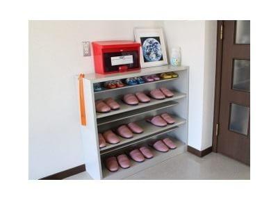 こちらで靴を履きかえてください。履いていただくスリッパは清潔に保っております。
