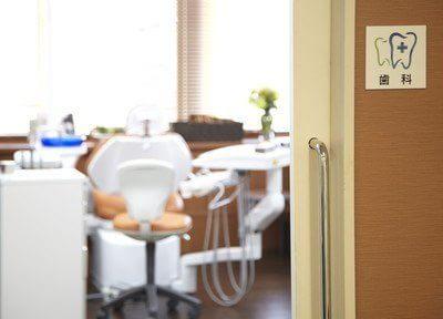診療チェアはオレンジ色で明るい診察室になっています。