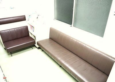 待合室ではこちらのソファに掛けてお待ちください。