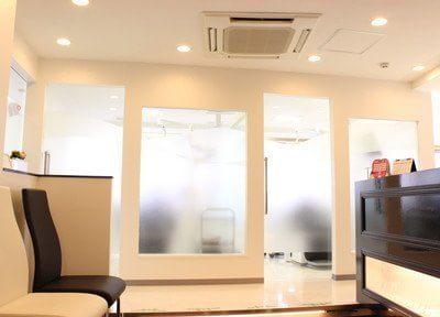 診療室から待合室はパテーションで仕切られています。