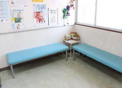 待合室です。水色のソファが印象的です。