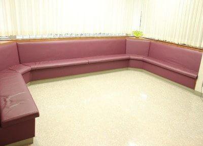 待合室です。大きな赤いソファが印象的です。