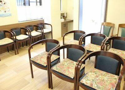 待合室はゆったりと腰掛けられるようにしております。