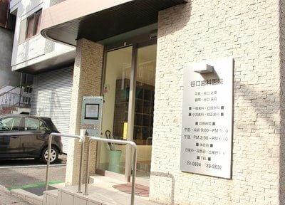 玄関です。駐車場も完備しておりますので、お車でもご安心ください。